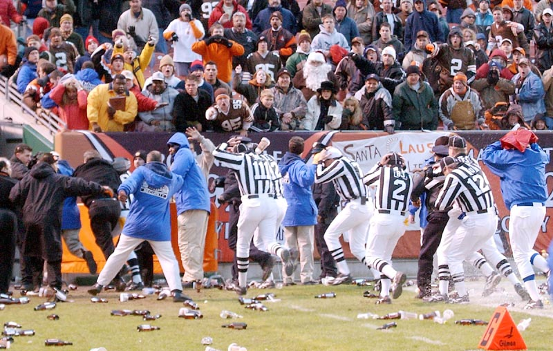 cleveland-bengals-fans-throw-beer-bottles-on-nfl-field-images